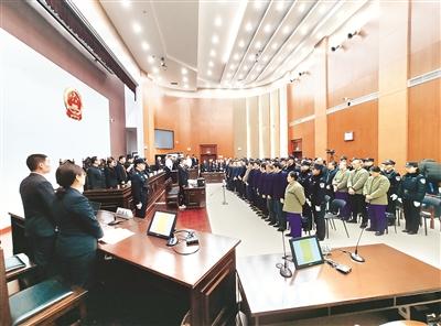 2019年11月26日,山东省青州市人民法院依法公开开庭审理王雷等33人黑社会性质组织案。图为庭审现场。 潍坊市纪委监委 供图