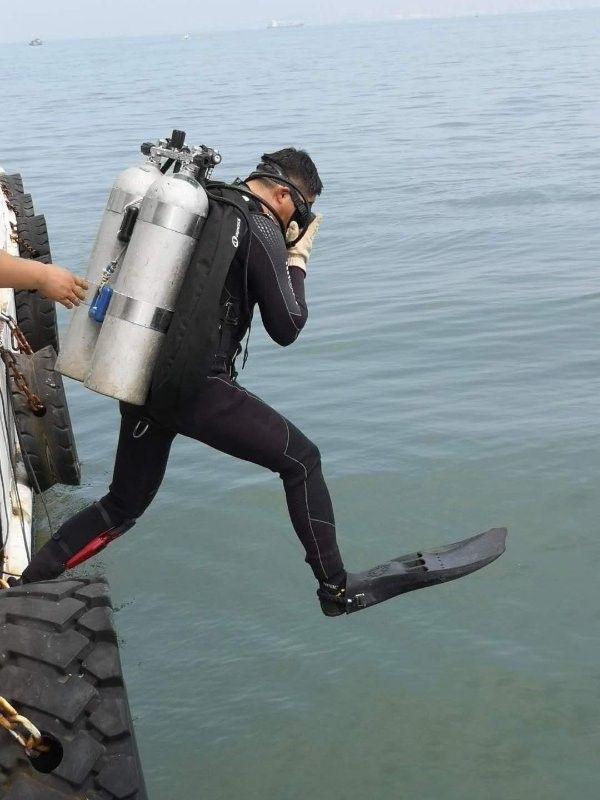 水下考古队员入水